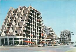 Cpsm -    La Grande Motte -  Immeuble En Bordure Du Port De Plaisance Sur Le Boulevard Central     AA556 - Autres Communes
