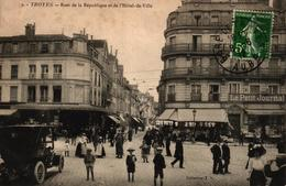 TROYES -10- RUES DE LA REPUBLIQUE ET DE L'HOTEL DE VILLE - BELLE ANIMATION VEHICULE ANCIEN - Troyes
