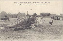 Cpa Afrique Occidentale – Confection D'une Pirogue ... Morceaux De Bois Cousus Ensemble - Cartes Postales