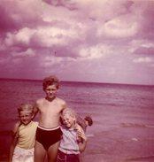 Petite Photo Couleur Originale Vintage 60's - Frère Et Soeur à La Plage - Personnes Anonymes