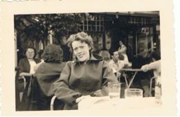 Photo (+/- 6 X 9 Cm) A  La Terrasse D'un Café,...à GENVAL En 1955 (b199) - Places