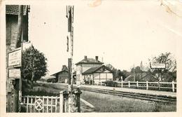 Photo Cpsm 60 RONQUEROLLES. La Gare 1952. Coin Droit Supérieur En Peine... - Autres Communes