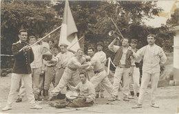 Cpa  Militaire – Carte-photo Soldats, Lutteurs, Drapeau, épée, Clairon    ( MI ) - Personen