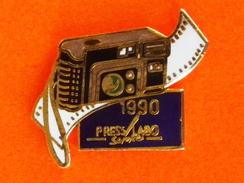 Pin's  PRESS LABO SERVICE 1990  (Frais Et Port Inclus) - Fotografie