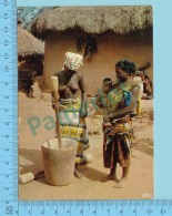 Afrique  -  Pileuse De Mil , Women Grinding Of Mil , Seins Nues - 2 Scans - Cartes Postales