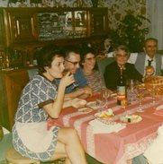 Photo Couleur Originale Repas De Famille 70's - Cidre Doux, Moutarde Savora & Les Cuisses De La Maîtresse De Maison - Anonyme Personen