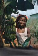 Jeune Fille Africaine Avec Des Bananes - Africa