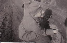Foto Deutscher Soldat Beim Reifenwechsel - 2. WK - 8*5cm (27004) - Krieg, Militär