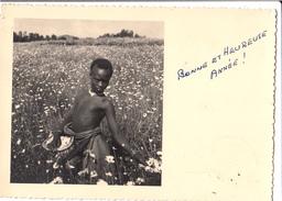 Rare Afrique Ruanda Cpa Photo Jeune Garçon Rwandais Usumbura Cueillette De Fleurs Voyagée Young Boy Rwanda Africa - Ruanda-Urundi