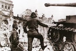 Militaria WW2 - Chars Soviétiques Au Pied Du Reichstag à Berlin Le 2 Mai 1945 - 1939-45
