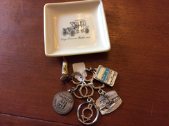 Lot  De Porte Clefs Berliet Et Cendrier - Key-rings