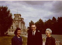 Photo Couleur Originale Famille Devant Château En 1964 - Reichs Lagogeâünte - Pin-Ups