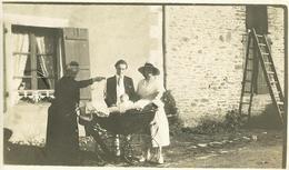 Photo  Originale D'un Landau En Gros Plan Devant Une Maison De Lohéac (35) - Places