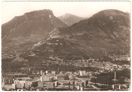 Grenoble - Vue Aérienne - Dans Le Fond, Le Casque De Néron Et Le Mont Rachais - Grenoble