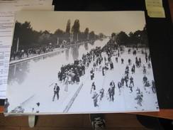 2 Grandes Photos Argentiques Reims à La Belle époque Manifestation Au Bord Du Canal Et Péniches Ets Aubert Voitures Cami - Reims