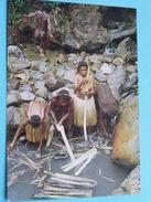 DANI WOMAN COLLECT SALT FROM BRINEPOOL AT LLUERINMA BALIEM VALLEY - IRIAN JAYA () Anno 19?? ( Details Zie Foto´s ) !! - Indonésie