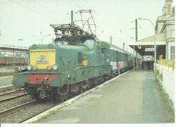 42 - TRACTE PAR LA BB 13027, UN TRAIN PARIS-EST - LUXEMBOURG VIENT D'ARRIVER EN GARE DE SEDAN ( Tirage 1000 Ex. ) - Sedan
