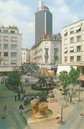 44  NANTES   PLACE  DU  BON  PASTEUR  AVEC  EN FOND LA TOUR DE BRETAGNE - Nantes