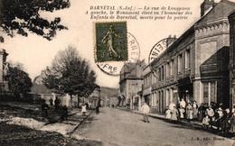 DARNETAL -76- LA RUE DE LONGPAON A GAUCHE LE MONUMENT ELEVE EN L'HONNEUR DES ENFANTS DE DARNETAL MORTS POUR LA PATRIE - Darnétal