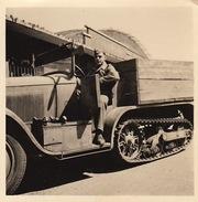 2 Petites Photos D'un Véhicule à Chenille Armée Allemande 1942 Auto-chenille - Guerre, Militaire