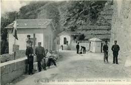 06 MENTON ++ Douaniers Français Et Italiens à La Frontière ++ - Menton