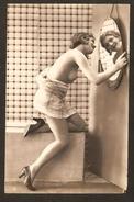 Très Jolie Femme Aux Seins Nus Se Regardant Dans Un Miroir ( N° 10 ) - Nus Adultes (< 1960)