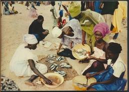 °°° 397 - UGANDA - AT THE FISH MARKET - 1968 °°° - Uganda