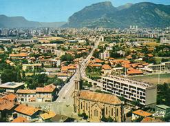 Eybens.. Belle Vue Aérienne Du Village Au Fond Grenoble La Bastille Le Casque Du Néron - Autres Communes