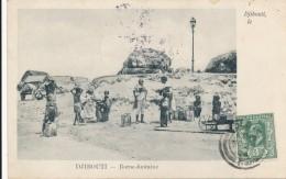 CPA DJIBOUTI Précurseur 1904 Borne Fontaine, Belle Carte Animée + Cachet + Timbre Ceylan Sri Lanka - Gibuti