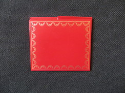 Must CARTIER - Petite Pochette En Simili Cuir Rouge Et Dorée Signée Cartier - Sert à Ranger Un Bon De Garantie - Bijoux & Horlogerie