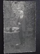 HOMME Devant Une TABLE, Dessus, Un  GÂTEAU - Photographie - Vers 1910 - A Voir ! - Photographie