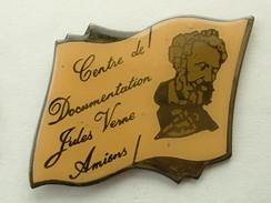 PIN'S CENTRE DE DOCUMENTATION JULES VERNE AMIENS - Administrations