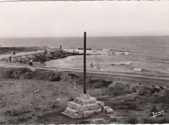 G , Cp , 13 , LES-SAINTES-MARIES-de-la-MER , La Plage Et La Croix De Jérusalem - Saintes Maries De La Mer