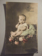 ROBERT , BEBE PENSIF ASSIS DANS UNE CAISSE EN OSIER / 1913 - Babies