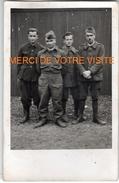 Carte-photo -4 Prisonniers En Allemagne Arbeit Komdo 1367 De Wunstorf - Sgt Thivolle - Souvenir Du 18 Mai 1941- 2 Scans - Guerre, Militaire