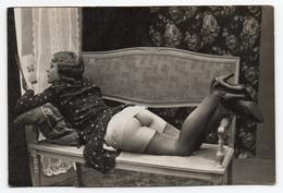 Carte Photo érotique - Femme Allongée Sur Une Banquette ( Carte N°1 ) - Nus Adultes (< 1960)