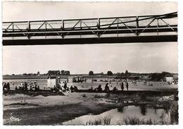 45 - Loiret . Sully Sur Loire. La Plage Vers Le Pont Sur La Loire - Sully Sur Loire