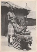 LA COIFFEUSE - TRAVAILLE DEHORS DEVANT SA CASE - BELLE CARTE - 2 SCANNS - JOLI TIMBRES - - Togo