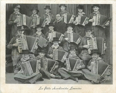 ACCORDEON - ACCORDEONISTES - LES PETITS ACCORDEONSTES LIMOUSINS - CARTE ANCIENNE - FORMAT (11,5 X 14 Cm). - Musik Und Musikanten