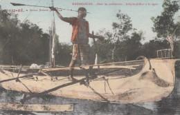 CPA - Nossi Bé - Dans Les Palétuviers - Indigène Pêchant à La Sagaie ( Verso CAD Maritime - La Réunion à Marseille ) - Madagascar