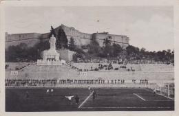 Antibes - Le Fort Carré Et Le Stade (match De Foot-ball En Cours, Monment Aux Mort  ) Circ 1935 - Antibes