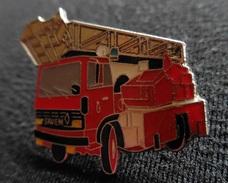 Pin's - Camion De Pompiers Marque Saviem - Brandweerman