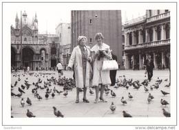 24462   Photo Venize Venezia Itale -Mai 1965 - Lion Saint Marc + Place  Femmes Pigeons