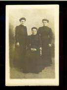 Début 20ème Carte-postale/photo -Trois Femmes Sérieuses, Mère Assise Et Deux Filles Adultes Debout