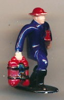 Figurine : Pompier Portant Du Matériel De Secours (sans Marque) 3 Scans - Figurines