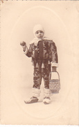 26008 Carte Photo Enfant  Travesti - Garcon Children - Belgique - Carnaval Binche Gille Cloches Costume - Phot. Poelaert