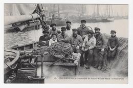 CPA Cherbourg - Pêcheurs De Saint-Vaast Dans L'Avant-Port (TBE) - Cherbourg