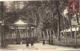 USSAT Les BAINS  Le Kiosque Et Le Parc Personnages Labouche Recto Verso - Otros Municipios