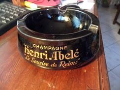 Cendrier -  Ashtray  - Champagne - Henri Abelé - Le Sourire De Reims - 3 Petit Eclats - Manque Les Patins  - Voir Photo - Cendriers