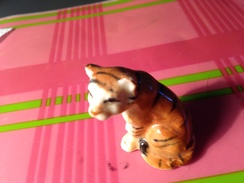 Fève Avec Trou Dessous : CHAT ASSIS 3,5cm - Animaux